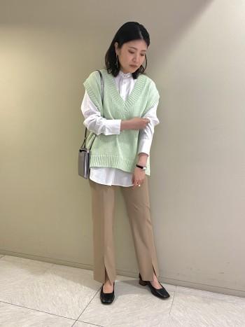 【池袋西武】一枚着としてもレイヤードにも使えるシルエットです。すっきりした首元もポイントです。