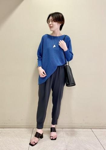 【池袋西武店】裾が斜めになっているデザインなのでボトムスとのバランスがとりやすいです。少し膨らみのある素材感なので透けすぎないので安心して着られました!