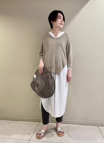 【池袋西武店】ニットは一枚着でもシャツやワンピースとレイヤードもできるので1つのアイテムで様々なスタイルを楽しんでいただけます◎