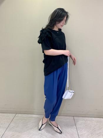 【池袋西武店】いつも履いているサイズより0.5cm程大きく感じました。メッシュなので幅広の私でも痛くなかったです。