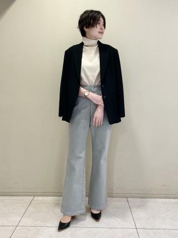 【池袋西武店】生地に張りがあるので裾はまたついた印象になりませんでした。若干もも周りはゆったりしますが、フレアシルエットなのでバランスが良く見えます◎