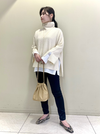 【池袋西武店】日本のサイズより0.5cm大きいように感じます。普段25cmですが素足で38がぴったりです。