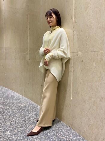 カシミヤ100%なのでとても軽くて暖かいです。上下逆に着ることでショート・ミドル丈の2WAY仕様のデザインなので、お洋服に合わせて丈感を変えていただけます。
