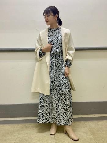 身幅にゆとりがあり、着るだけでコーディネートがグッとお洒落に仕上がるコートです。お袖も少し太めなので中に厚手のニットなども着ていただけます。深めのサイドスリットがポイントで、ゆったりシルエットでも綺麗に見せてくれます。ウールですが、驚くほど軽いのでご旅行や普段使いで活躍してくれること間違いなしです!
