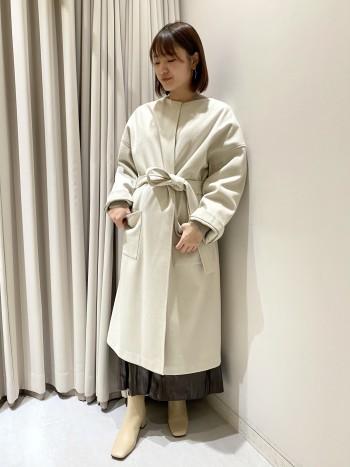 首回りはすっきりと、全体的な身幅や袖はゆったりとしていてバランスの取れたコートです。共布のベルトが付いており、ウエストマークして頂くとまた雰囲気がガラッと変わります!素材がポリエステルなので、ご自宅でお洗濯もでき、カーデとコートの中間くらいの感覚です。真冬に着るのは少し寒いかもしれませんが、中に厚手のニットやインナーダウンなど着込むことができます。