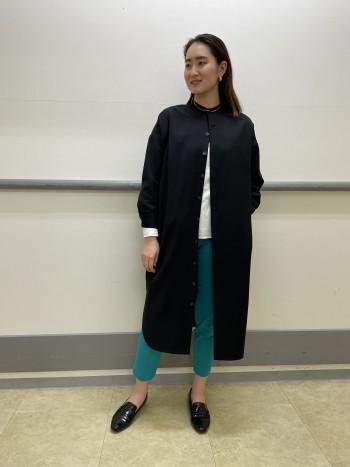 私の身長だとスリットで膝が見えてしまうので1枚でワンピースとして着る時はタイツ必須です。羽織として使う時はワイドパンツなどゆったりしたものを着てももたつかないので合わせの幅が広く重宝するアイテムです!カラーパンツがパキっとした色なので黒でシックな印象にまとめてみました。上のボタンだけ留めてトップスやパンツの色味を見せながら羽織れるのがポイントです◎