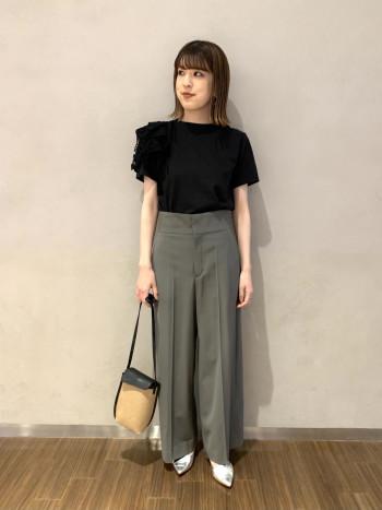 【有楽町マルイ】スカートやワイドパンツなどボリュームのあるボトムと合わせやすいコンパクトサイズです(Sサイズ相当)。 肩に施されたデコラティブなデザインが一気に気分を上げてくれます。小柄な方や、Tシャツだとカジュアルになりすぎて抵抗のある方にお勧めです。