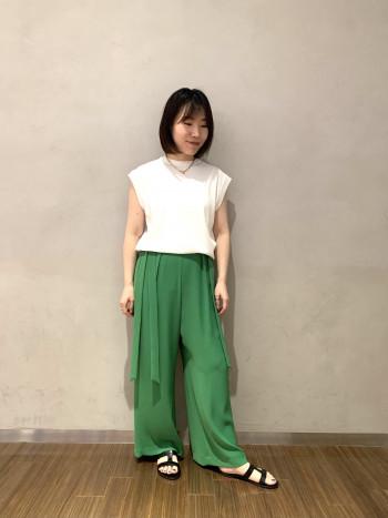 【有楽町マルイ】通常38ですがこのパンツは36で問題なく穿けました。鮮やかなグリーンでコーディネートに今年らしさが出ます◎落ち感のある素材でさらっと快適です。