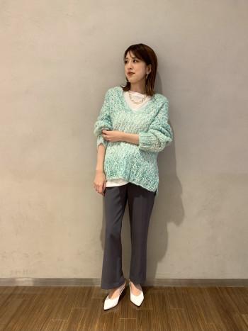 【有楽町マルイ】カリテらしいニュアンスのあるグラデーションカラーで仕上げた手編みニットです。とても軽いですよ。小柄の方は細身パンツで、高身長の方はワイド系のパンツも◎中にロンTやシャツなどとレイヤードがオススメです。