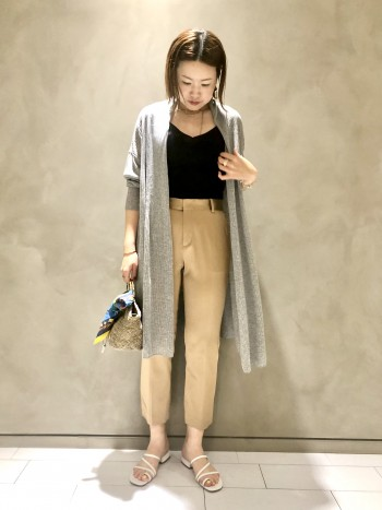 パンツは普段サイズ38か40を着用しています。こちらのパンツは、全体的に少しゆとりをもって穿いた方がシルエットがキレイだったため、サイズ40を着用しています。長さもサイズ38だと短かすぎてしまったため、長身さんにはサイズ40の方がオススメです。