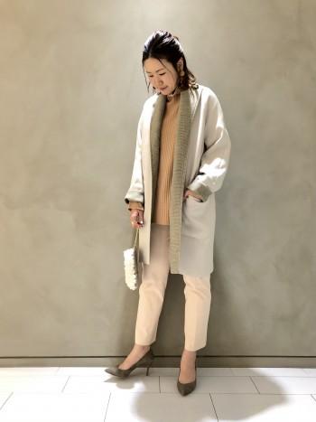 軽い着心地です。襟のボタンの留め方でデザインがガラッと変わります!お袖も曲げていただくとチェックが見えて、とってもお洒落です! 非ウール素材のコートですが、中に厚手のニットやインナーダウンなどを着ていただけるので、冬から春に向けて長く活躍してくれます。