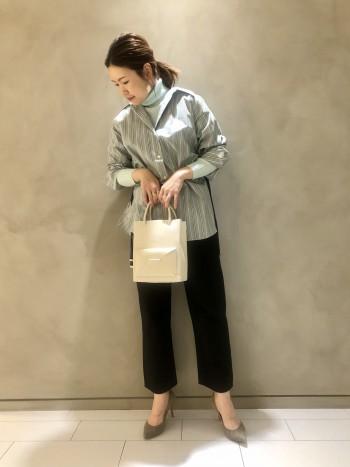 マチもしっかりあるので大容量です!長財布もらくらく入ります! エコレザーなので軽くデザイン性と実用性を兼ね備えたバッグですよ♪