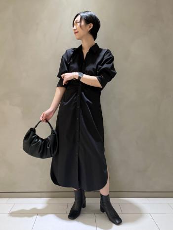 合皮の柔らかいバッグです。 軽いお作りで、口が広いのでお荷物が入りやすいかと思います。