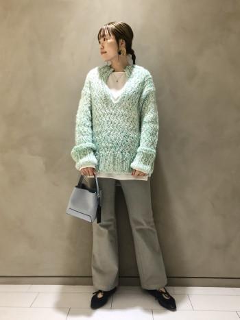 ざっくり編みで大きめのシルエットですが、気心地はとても軽いです◎着膨れ感が気になるアイテムですが、胸元が広めに開いていることで、全体のバランスはすっきりとまとまります!インナーは首元が詰まったカットソーやブラウスを合わせて頂くと今年らしい着こなしになります◎パンツはシガレットやテーパードなど、細身のものがおすすめです!