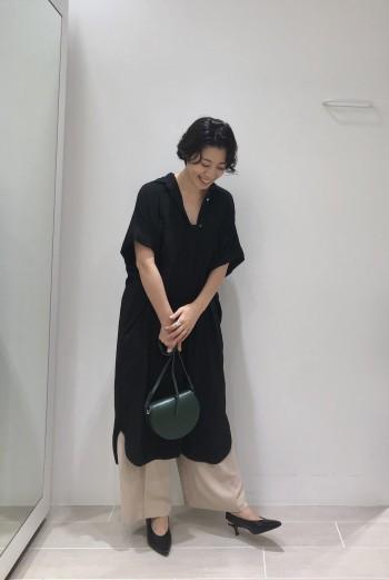 とろみ感のあるシャツワンピースなのでカジュアルになりすぎず、女性らしいデザインです。1枚でも決まりますが、私はワイドパンツをレイヤードした組み合わせも好きです。 同素材のパンツなので相性はピッタリです。ベージュは透け防止にスカートのペチコート付き。 ※弾力性ありシワになりにくい素材です。 ※ご自宅で洗えます。