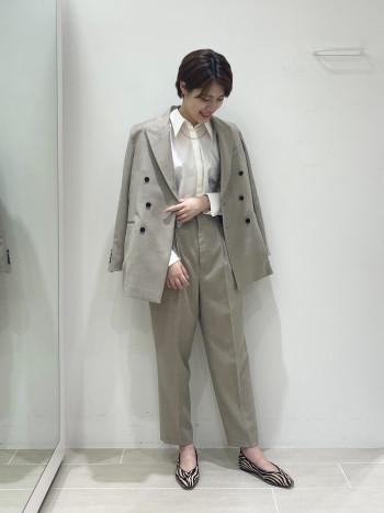 ジャケットはいつも38サイズを着用していますが、スッキリ見せたかったのでこちらは36サイズで着用しています。ニットを着ると肩周りが少し窮屈になりそうなので私くらいの身長の方は38サイズで着た方が良さそうです。肩をきれいに見せるためパットが入っていますが、着心地は全く問題ありませんでした。肩が大きく見えてしまう……ということもなさそうです。