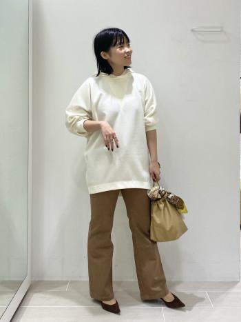 【脚のラインが綺麗‼︎】 今年っぽい裾フレアなデザインでシルエットがとにかく綺麗でした。ふくらはぎが張ってる私でもラインは拾わず、でも自然とスッキリ見せてくれました♪