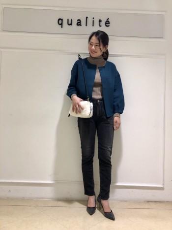 ウール混なので着ると温かいです。袖はボリュームがありますが丈が短めの作りなのでスッキリとしたシルエットになります。