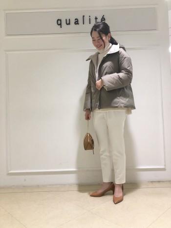 裾広がりのシルエットなのでウエスト部分がスッキリ見えます。袖も広がりのあるデザインなので中に部厚めのニットを着てももたつかないです。