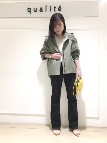 見た目以上にとっても軽くて着やすいです!また、程良くゆったりとしたデザインで後ろ姿をスッキリと綺麗に見せてくれます!