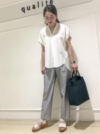 普段38サイズですが、少しオーバーサイズ感がありカジュアルに着こなせるシャツです。肩幅広めですが目立たずに着れます!おしりはすっぽり隠れる丈で安心感があり、襟は抜いて着ると収まりが良く顔周りスッキリ見えます!