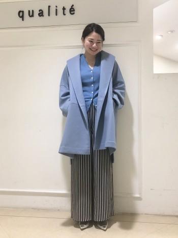 【京都高島屋】見た目以上にとっても軽い着心地です!!ラグラン袖なので肩幅が広めな体型でも華奢見え効果がありました。分厚いニットを下に着ても着膨れしないので長く使っていただけます。サイドにスリットが入っているので動きが出てワイドパンツにも合わせやすいです!162cmで膝上10cmくらいの長さになりました。
