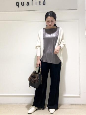 【京都高島屋】羽織った時驚きの軽さと暖かさです!素材がカシミヤ100%なのでとっても柔らかくチクチク感も全くありません。丈はヒップがしっかり隠れる長さで安心感があります!アームがゆったりしているのでどんなトップスの上にも羽織れます。2WAYなのでボトムスによって羽織り方を変えていただくと◎