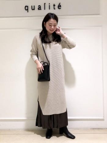 【京都髙島屋】身長162cmで膝下10cmくらいの丈になりました。肩幅が広めで腰周りが張っている体型ですが、落ち感のあるニットなのでスッキリ着ることが出来ました。スリットデザインなのでパンツをレイヤードさせても重たくならないです!