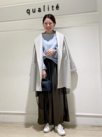【京都高島屋】見た目以上に羽織ると軽いです!! 普段38サイズ着用し肩幅が広めな体型ですが、立体的なショールデザイン+ドロップショルダーなので華奢見え効果抜群です!!腕周りもゆったりしているので厚めのニットでも着膨れせずスッキリ着れます♪サイドスリットデザインなので動きが出て上品な雰囲気に着こなせます!!