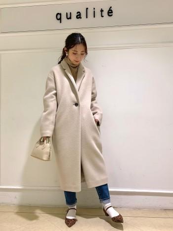 【京都髙島屋】コクーンシルエットで女性らしくすっきり羽織っていただけるコートです♪ 見た目以上に羽織ってみると軽く、肩に重さがかからないようこだわって作られています!! 少しゆったりしており、メンズライクなデザインですが程よくきちんと感がでるのでキレイめコーデでも◎ 小柄さんには襟を折って着ていただくのがおすすめです!