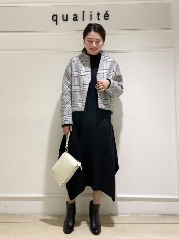 【京都高島屋】普段38サイズ着用し肩幅が広めの体型ですが、分厚めのニットを着ても身体のラインが目立たずスッキリ着れました!!着丈は腰に少しかかるくらいでボリュームのあるボトムスと合わせてもバランス良く着れます!!