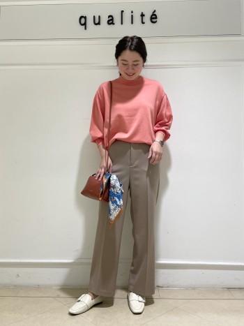 【京都高島屋】普段38サイズ着用し骨格ストレートの体型ですが、気になる肩幅も華奢に見せてくれるデザインです!素材が軽めなのでパフスリーブでもすっきり着れてブラウス感覚で使っていただけます。後ろ丈はヒップが隠れるくらい、前丈はインでもアウトでも合わせやすい長さです。