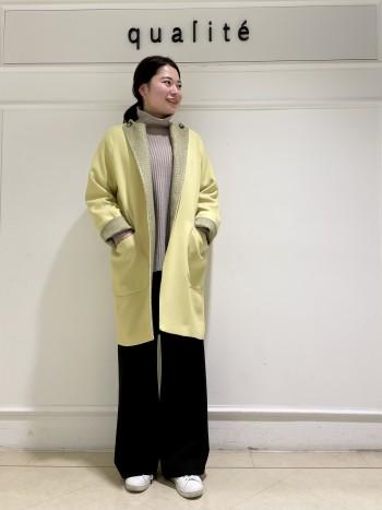 【京都髙島屋】普段38サイズ着用で肩幅がしっかりした体型ですが、ラグランスリーブで窮屈感がなくすっきり着れました。着丈は162cmで膝より少し上くらいになりました。襟デザインが2WAYなので中に着るトップスによって変えていただけます!見た目以上にとても軽いです。