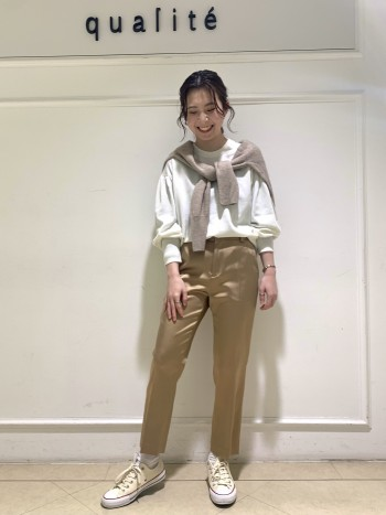 【京都高島屋】さらっとしていてダウンやアウターのインナーに着ていただきやすいです!春先には一枚で着れるのでセールになっていてお買い得☆★ シンプルなデザインですがトレンドのパプ袖がポイントで女性らしく、フォルム感のあるニットなので可愛いですよ♪ 丈感はヒップ隠れるほどでどんなボトムスとも相性抜群です^^