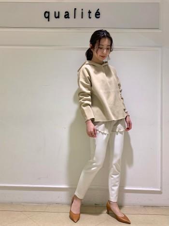 【京都高島屋】シアー感のある女性らしいカットソー。 丈感はヒップがすっぽりと隠れるほどの長さ、袖はあえて長めに作られおり女性らしさをアップしてくれます! 春先に一枚でキャミと合わせて透け感を楽しんで着るのも◎ インナーとしてニットとレイヤードもしていただけるので、ロンTみたいにカジュアルは苦手という方にもおすすめです♪