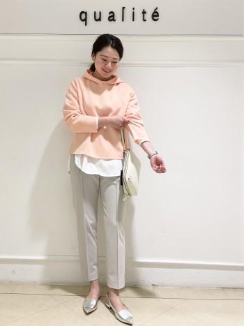 【京都髙島屋】普段38サイズ着用し肩幅が広めな体型ですが、中にロンTを重ね着してももたつかず、余裕を持って着れました。生地が分厚すぎないので、着膨れせずすっきり着れました。丈はウエストより少し下くらいなので、下にボリュームのあるパンツを合わせてもバランス良く着ていただけます。