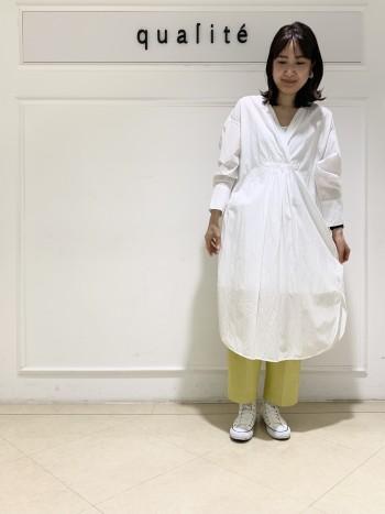 【京都髙島屋】38を履いています。少し落とし気味で履いてます。センタープレスが入っているので、カジュアルダウンしずぎず、大人カジュアルな雰囲気で履いて頂けます。