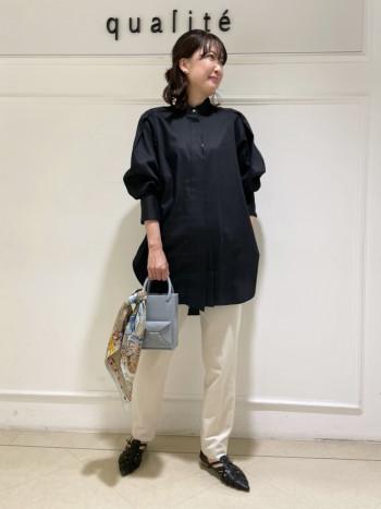 【京都髙島屋】袖が特徴的で、デザイン性のあるシャツです。丈は長めでヒップは完全に隠れます。