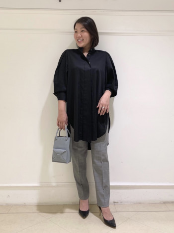 お袖にデザインのあるロングシャツです。丈感がしっかり長めなのでヒップをカバーしてくれるので細身のパンツも安心して着ていただけます。