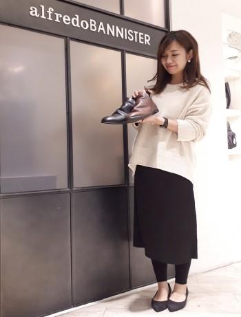 履きやすい用に甲の内側に隠れゴムが内蔵しており、着脱しやすくなっております。ブーツですが、あまり大きすぎないサイズ感なのでいつものサイズで大丈夫です^^