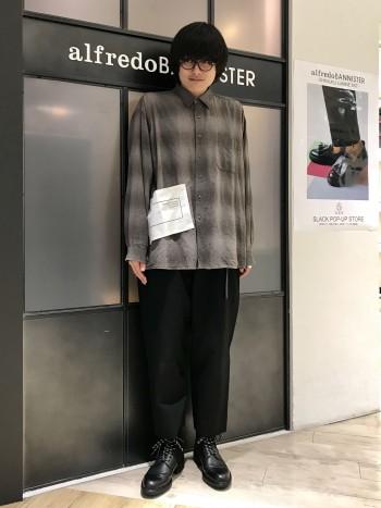 少し形が小さ目です。 普段27㎝を履かれる甲が高いお客様はワンサイズアップでもストレスなく履いて頂ける木型です。