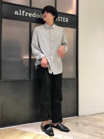 甲が高く、履き口が広いミュール。 27.5㎝で甲幅ともに大きい方は43のサイズをオススメします。