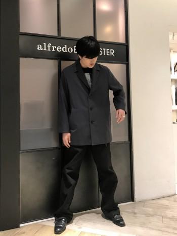 履き出しはややハードなレザーですが、履きこむにつれて柔らかなドレープが作られるタフなレザーです。 作りがベーシックな分、気に入って頂けること間違いなしです。