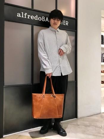 取っ手が長めに取られているので、コートの上から肩掛けするにも便利です。 店頭では大きさとお色味を気に入ってご購入いただいています。