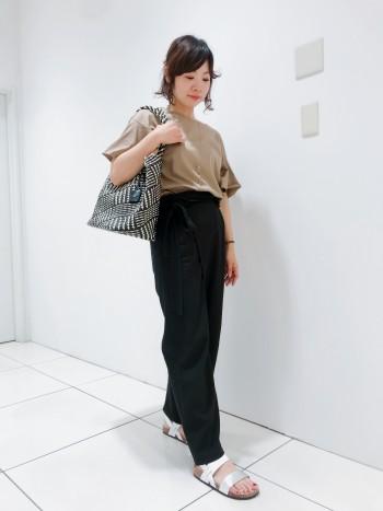 レザーとペーパー素材を組み合わせた、メッシュ仕立てなので、軽くて丈夫です。バッグの中が見えないように、内側の袋状の生地をリボン結びにすることができます。