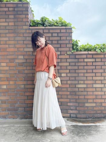 一枚で様になるTシャツです! バックのデザインが女性らしく素敵です 丈は長めなので、スカートの時は前だけインしています