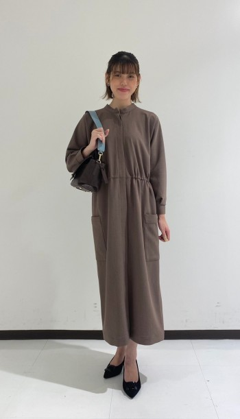 前後どちらも前にしても可、1枚で着用してワンピースとしても羽織りにもなる3WAYワンピースです。お勧めは重ね着で合わせてカジュアル感は出しても可愛いです。