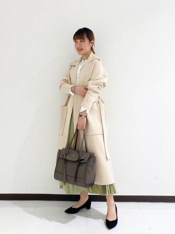 牛革とは思えない程とにかく軽いです‼︎ A4サイズがしっかり入るにも関わらず、見た目は大きすぎないデザインでかさばらない優秀バッグです!