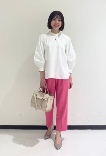 袖口のボリューム感とデザイン性がポイント。 トレンドのオールインワンやスカート、パンツスタイル等コーデの幅が広い万能ブラウス。