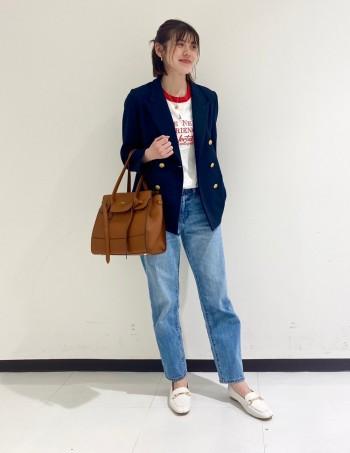 通常サイズ→38(24cm) 着用サイズ→37  サイズ感はゆったりめなので靴下着用でもワンサイズ下で丁度良いぐらいです。 素材がやぎ革で馴染みやすく幅がある方や外反母趾の方でも安心して履けるローファーです。